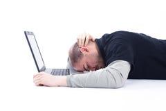 Geschäftsmann, der auf Laptop schläft Stockbild