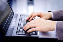 Geschäftsmann, der auf Laptop schreibt Lizenzfreies Stockbild
