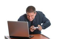 Geschäftsmann, der auf Laptop spielt Lizenzfreie Stockfotos