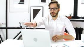 Geschäftsmann, der auf der Laptoptastatur schreibt stock video