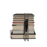 Geschäftsmann, der auf Leiter klettert, um Stapelspitzenbücher zu erreichen Stockfotos