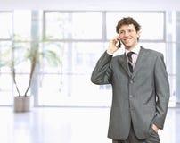 Geschäftsmann, der auf Mobile spricht Lizenzfreies Stockfoto
