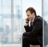 Geschäftsmann, der auf Mobile spricht Lizenzfreies Stockbild