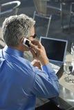 Geschäftsmann, der auf Mobiltelefon spricht. stockbild
