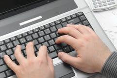 Geschäftsmann, der auf Notizbuch (Laptop, schreibt) lizenzfreies stockfoto