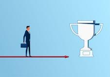 Geschäftsmann, der auf Pfeildiagrammannäherung zur Trophäe und zum Erfolg, Gelegenheiten, zukünftige Geschäftstendenzen steht lizenzfreie abbildung