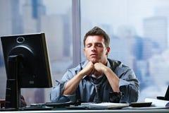 Geschäftsmann, der auf Probleme im Büro sich konzentriert Stockfoto