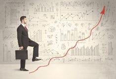 Geschäftsmann, der auf rotem Diagrammpfeilkonzept klettert Stockbild