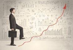Geschäftsmann, der auf rotem Diagrammpfeilkonzept klettert Stockbilder
