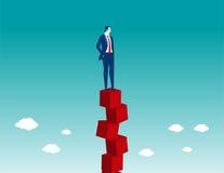 Geschäftsmann, der auf rotem Kasten balanciert Lizenzfreie Stockfotos