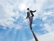 Geschäftsmann, der auf Seil geht Lizenzfreie Stockfotografie