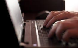 Geschäftsmann, der auf Tastatur schreibt Stockbild