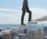 Geschäftsmann, der auf Treppe klettert Lizenzfreies Stockbild