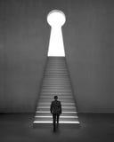 Geschäftsmann, der auf Treppe klettert, um Formtür-Beton backgro zu befestigen Lizenzfreies Stockfoto
