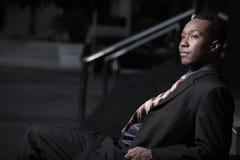 Geschäftsmann, der auf Treppen nachts sitzt Lizenzfreies Stockfoto