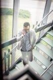 Geschäftsmann, der auf Treppen steht Geschäftsmann auf der Treppenunterhaltung lizenzfreie stockfotografie