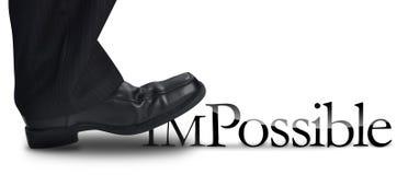 Geschäftsmann, der auf unmöglichen Text tritt Lizenzfreie Stockfotos