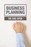 Geschäftsmann, der auf Unternehmensplanungs-Bürotür klopft Lizenzfreie Stockbilder