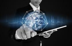 Geschäftsmann, der auf Verbindung und Daten des globalen Netzwerks, bezüglich des blauen Hintergrundes bedrängt Elemente dieses B Stockfotografie