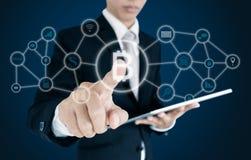 Geschäftsmann, der auf virtuellen wechselwirkenden Schirm, Blockchain-Technologie und cryptocurrency bedrängt Lizenzfreie Stockbilder
