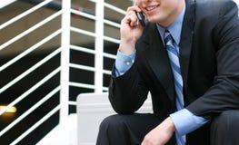 Geschäftsmann, der auf Zelle spricht lizenzfreies stockfoto