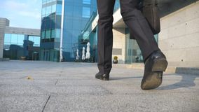 Geschäftsmann, der austauscht, um zu arbeiten Überzeugter Kerl in der Klage, die auf seiner Weise zum Bürogebäude ist Junger Gesc stock video footage
