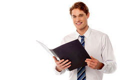 Geschäftsmann, der Büroaufzeichnungen wiederholt stockfoto