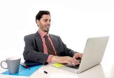 Geschäftsmann, der am Bürocomputerlaptop schaut glückliches sati arbeitet Stockfotos
