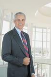 Geschäftsmann in der Bürovorhalle Lizenzfreie Stockfotos