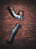 Geschäftsmann in der Backsteinmauer stockfotografie