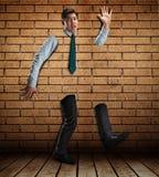 Geschäftsmann in der Backsteinmauer stockfotos