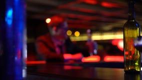 Geschäftsmann, der in der Bar, Startausfall, Konkurs, allein mit Problemen trinkt stock video footage