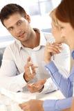 Geschäftsmann, der bei der Sitzung spricht lizenzfreies stockbild