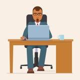 Geschäftsmann, der bei Tisch mit Laptop arbeitet Stockfotografie