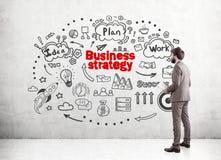 Geschäftsmann in der Beige und in einem Strategieplan Lizenzfreies Stockbild