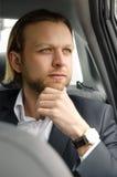 Geschäftsmann, der beim Sitzen im Auto weg schaut Stockfotos