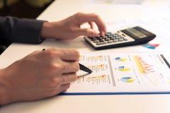 Geschäftsmann, der Bericht, Geschäftsergebniskonzept analysiert Lizenzfreie Stockfotos
