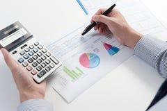 Geschäftsmann, der Bericht, Geschäftsergebniskonzept analysiert Stockfotos