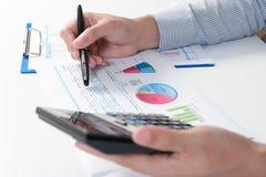 Geschäftsmann, der Bericht, Geschäftsergebniskonzept analysiert Lizenzfreie Stockbilder
