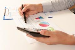 Geschäftsmann, der Bericht, Geschäftsergebniskonzept analysiert Lizenzfreies Stockfoto