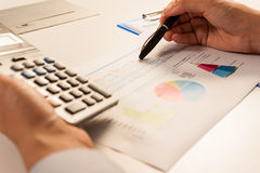 Geschäftsmann, der Bericht, Geschäftsergebniskonzept analysiert Stockfoto