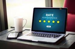 Geschäftsmann, der Bericht-Zunahmebewertung Bewertung mit fünf Sternen hält oder lizenzfreie stockbilder