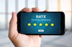 Geschäftsmann, der Bericht-Zunahmebewertung Bewertung mit fünf Sternen hält oder lizenzfreie stockfotos