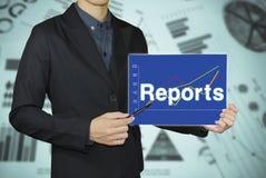 Geschäftsmann, der Berichtsdiagrammkonzepte zeigt Lizenzfreies Stockbild