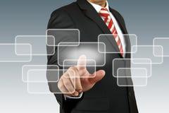 Geschäftsmann, der Bildschirm von Hand eindrückt lizenzfreie stockfotos