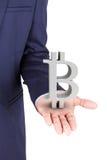 Geschäftsmann, der bitcoin Währungszeichen hält stockfoto