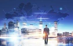 Geschäftsmann in der blauen Stadt mit Weltkarte Lizenzfreies Stockfoto