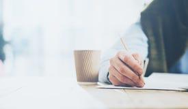 Geschäftsmann, der Bleistifthand übergibt und Mitteilung schreibt Unscharfer Hintergrund, horizontale Nahaufnahme Lizenzfreie Stockbilder