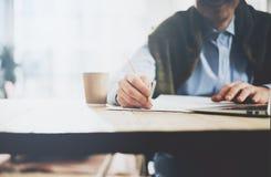 Geschäftsmann, der Bleistifthand übergibt und Mitteilung schreibt Unscharfer Hintergrund, horizontales Modell Stockfoto