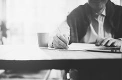 Geschäftsmann, der Bleistifthand übergibt und Mitteilung schreibt Unscharfer Hintergrund, horizontales Modell Schwarzes Weiß Lizenzfreie Stockbilder